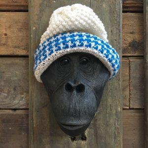 Tête de singe coiffée d'un bonnet blanc