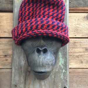 Tête de singe coiffée d'un bonnet rouge