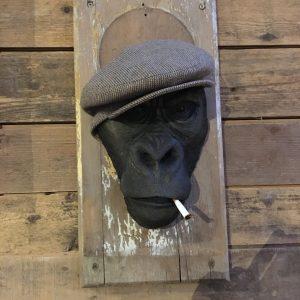Tête de singe coiffée d'une casquette