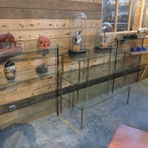 Anciennes étagères de magasin en verre