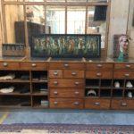 Ancien comptoir vitrine de commerce