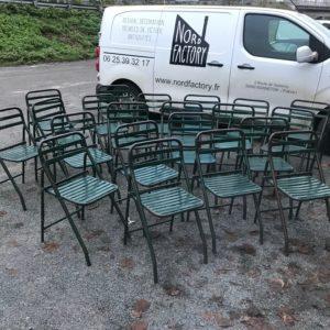 Suite de 32 chaises pliantes en métal