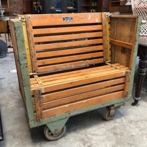 Ancien chariot d'usine transformé en fauteuil
