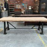 Table industrielle plateau chêne et pieds en fonte