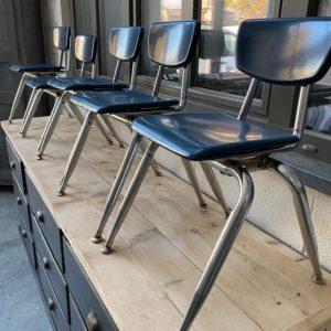 Suite de petites chaises d'enfants années 60