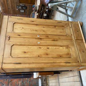 Ancienne armoire en sapin