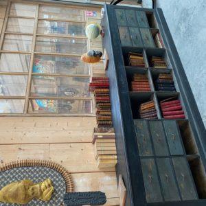 Ancien meuble de commerce