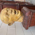 Grande tête en plâtre fantasmagorique