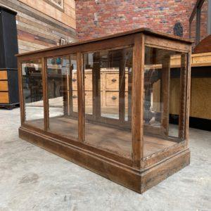 Ancienne vitrine de magasin en chêne